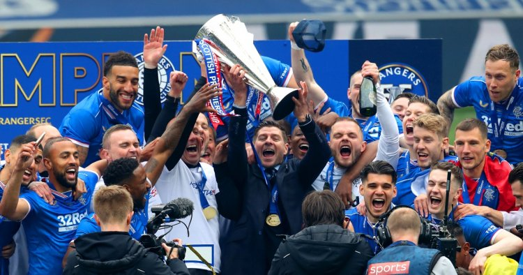 Watch: Steven Gerrard finally gets his hands on the league trophy at Rangers - Planet Football